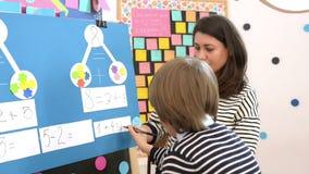 Dzieciak Rozwiązuje matematyk ćwiczenia zbiory