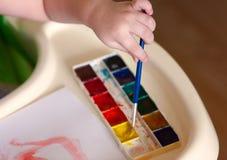 Dzieciak rysuje pierwszy rysunkową akwarelę Obraz Royalty Free