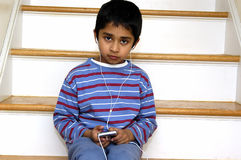 dzieciak słuchał muzyki Obrazy Royalty Free