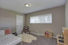 Dzieciak sypialnia z dębnymi ścianami obraz royalty free