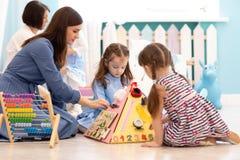 Dzieciak sztuka z edukacyjną zabawką w pepinierze obrazy royalty free