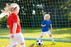 Dzieciak sztuki futbol Dziecko przy boisko do piłki nożnej zdjęcie royalty free