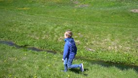 Dzieciak sztuki pobliski strumień zdjęcie wideo