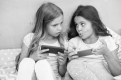 Dzieciak sztuki smartphone mobilny gemowy zastosowanie Smartphone zastosowania poj?cie Dziewcz?cy czas wolny pi?amy przyj?cie gir zdjęcia stock
