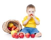 Dzieciak target388_1_ zdrowego karmowego jabłka zdjęcie royalty free