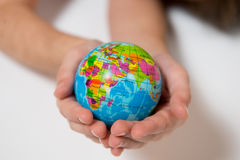 Dzieciak trzyma małą Światową kulę ziemską na ona ręki Zdjęcie Stock
