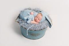 Dzieciak ubierał jako królika dosypianie z błękit zabawką Fotografia Stock