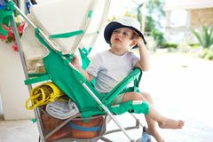 Dzieciak w dziecka przespacerowaniu fotografia royalty free