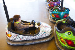 Dzieciak w elektrycznym rekordowym samochodzie Zdjęcie Royalty Free