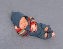 Dzieciak w jaskrawym stroju, śpi obraz stock