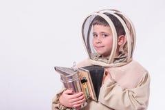 Dzieciak w pszczelarki ` s nadaje się pozować w pracownianym białym tle Obrazy Stock