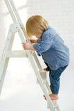 Dzieciak wspina się drabinę Obrazy Stock