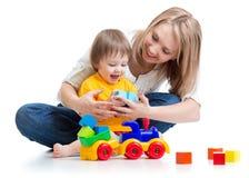 Dzieciak z jego mamy sztuki elementów zabawkami Fotografia Stock