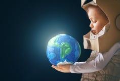 Dzieciak z kulą ziemską fotografia stock