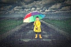 Dzieciak z parasolem Zdjęcia Royalty Free