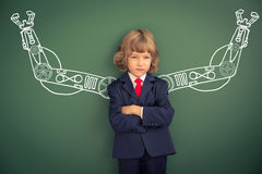 Dzieciak z patroszonymi robot rękami przeciw blackboard Obrazy Royalty Free