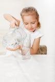 Dzieciak z szklaną miotacz wodą obrazy royalty free