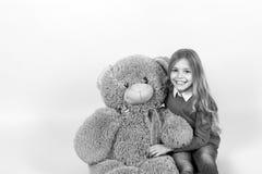 Dzieciak z zwierzęcą lalą, teraźniejszością i prezentem, Obrazy Royalty Free