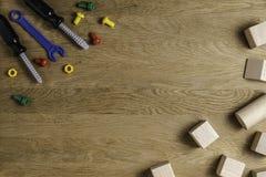 Dzieciak zabawek ramowy tło na drewnianym stole Odgórny widok Mieszkanie nieatutowy Odbitkowa przestrzeń dla teksta Zdjęcie Stock
