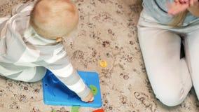Dzieciak zbiera łamigłówka odgórnego widok zdjęcie wideo