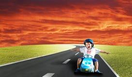 dzieciak zielona szczęśliwa łąka Zdjęcia Stock
