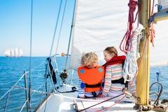 Dzieciaka żagiel na jachcie w morzu Dziecka żeglowanie na łodzi zdjęcie royalty free
