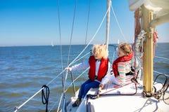 Dzieciaka żagiel na jachcie w morzu Dziecka żeglowanie na łodzi obrazy stock