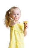 Dzieciaka łasowania lody i seansu ok znak Obraz Royalty Free