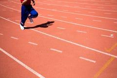 Dzieciaka bieg na śladzie w stadium Obraz Stock