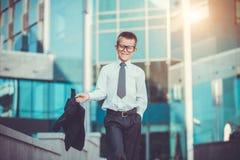 Dzieciaka biznesmen macha jego kurtkę Fotografia Stock