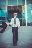 Dzieciaka biznesmen macha jego kurtkę Obraz Stock