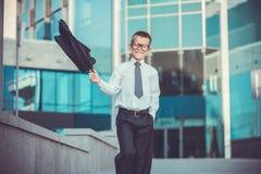 Dzieciaka biznesmen macha jego kurtkę Fotografia Royalty Free