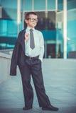 Dzieciaka biznesmen na błękitnym nowożytnym tle Zdjęcia Royalty Free