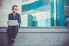 Dzieciaka biznesmen z laptopem Obrazy Royalty Free