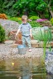 Dzieciaka dopatrywania korka pławik zdjęcie royalty free