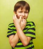 Dzieciaka dziecka chłopiec toothache ból w usta, stomatologiczny ból, holdin Zdjęcia Stock