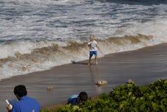 DZIECIAKA I oceanu przypływy obraz stock