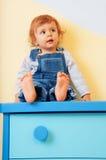 dzieciaka meblarski obsiadanie obrazy stock