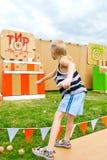 Dzieciaka miotania piłki przy celem Zdjęcia Stock
