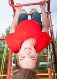 Dzieciaka obwieszenie od dżungli gym Zdjęcia Royalty Free