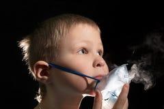 Dzieciaka oddychanie przez nebulizer maski Obraz Royalty Free
