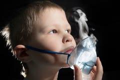 Dzieciaka oddychanie przez nebulizer maski Obrazy Royalty Free