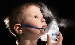 Dzieciaka oddychanie przez nebulizer maski Fotografia Stock