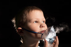 Dzieciaka oddychanie przez nebulizer maski Zdjęcie Stock