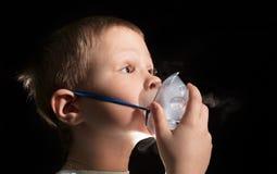 Dzieciaka oddychanie przez nebulizer maski Zdjęcia Stock