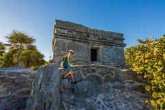 Dzieciaka pięcie na wierzchołku antykwarskie ruiny Zdjęcie Royalty Free