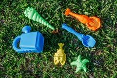 Dzieciaka piaska kolorowe zabawki, łopata, gwiazda, palm foremki Stawiają dalej l Obraz Stock