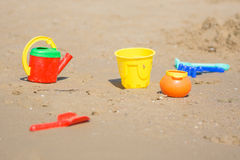 Dzieciaka piaska zabawki kłamają na plażowym nadmorski Obrazy Stock