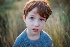 Dzieciaka portret, smutny skoncentrowany dziecko Głębocy błękitni piękni oczy Dzieci, dziecko, ludzie, psychologia, smucenie, ucz obrazy stock