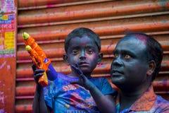 Dzieciaka Radosny moment holi i ojciec festiwal Colours w Shakhari bazar, Dhaka, Bangladesz fotografia stock